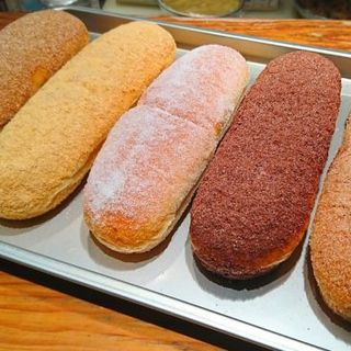 たっぷりの粉に揚げたてフワフワ生地が絶品の「揚げパン」