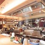 Grill&Wine TOSAKA - 店内の大型カウンター席の風景です