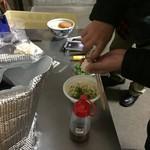大西麺業 - みんな、それぞれ好みの薬味を持参(≧▽≦)