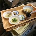 だいこくや食品 - 外は寒いでしょう?と、特別に製麺所内で食べさせていただけました。