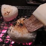 囲炉裏の家 むくの木 - シメはセルフで作る焼きおにぎりです。楽しい!