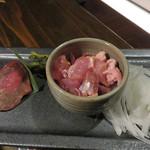 囲炉裏の家 むくの木 - お肉類もあります。 和牛モモと地鶏です。