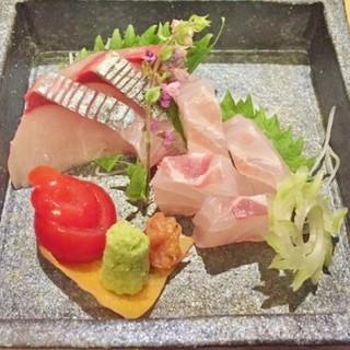 季節に応じた、旬の海の幸を小料理としてお出ししております。