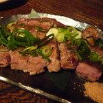 味噌鐡 カギロイ - いも豚 厚切りロースの鉄板焼 味噌塩と共に(900円)♪脂身の甘さが特徴的です。