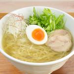 ハナウタ。 - しお〈素朴な味〉650円 澄みきったスープには鶏のうまみがぎっしり。 やさしい塩味に白い煮卵とシャキシャキ野菜がアクセントになっています。低カロリーなのも魅力。
