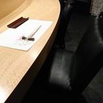 天鮨 - カウンター席の椅子は座り心地がよくスペースも広い