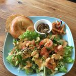 オールウェイズカフェ - サラダ ベーグル。海老とアボカド。