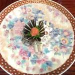 田中旅館 - 直径50cm近くもある大皿に盛られた河豚刺し