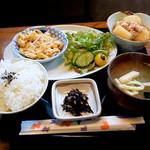 シウンカフェ - 週替りセット・じゃが芋の鶏そぼろ煮ともやしと卵の甘酢炒め