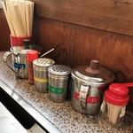 きゃべつ畑 - 鉄板横のソース類