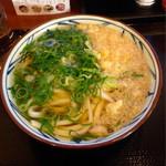 丸亀製麺 - かけうどん大(¥390) 普段は冷たいうどんばかり食べているが、今冬の寒さに負けて温かいうどんを食べてみた。 この店は温かい出汁もなかなかに美味!