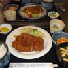 やまゆり荘 - 料理写真:豚カツ定食、\1050。奥は鶏の大判揚げ定食、¥920。