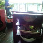 62309562 - 前菜、サラダ、炒め物のお料理が3段の竹籠に入って運ばれてきます。