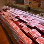 肉のオカヤマ直売所 - お肉屋店内