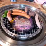 肉のオカヤマ直売所 - じゅーじゅー焼いています