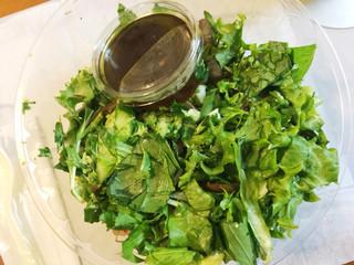 ゲートツー フィルダースチョイス - ベースはほうれん草と水菜。ドレッシングはバルサミコ。