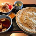 62314435 - 稲庭風ざるうどんと甘辛ダレのイカゲソ丼 880円