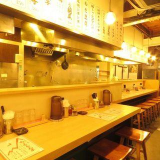 テーブル席もカウンター席も広々とし空間でお食事が楽しめます!