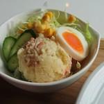 cafe 帆呂 horo - サラダに盛られたポテトサラダと茹で玉子がこの店の特徴かな。ゴマドレッシングをかけて。美味いです。