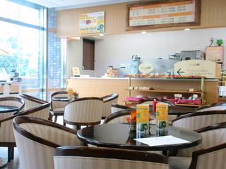 ドリームカフェ - お日さま燦々、明るい店内。