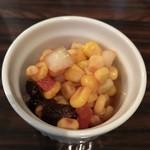 カレーの店 マボロシ - 【2017.2.4】タマネギ、コーン、トマト、レーズンのサラダ。