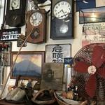 カレーの店 マボロシ - 【2017.2.4】壁には古時計。