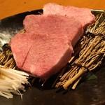 炭火焼肉 あもん - 料理写真:「特上タン」は厚切りで…
