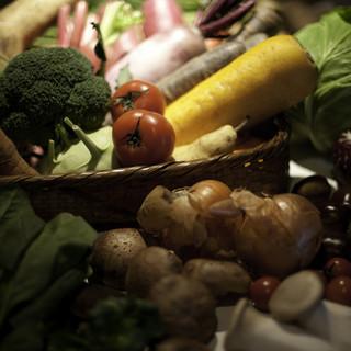 全国から取り寄せる新鮮で安全な有機野菜をたっぷりと。