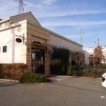 62334461 - 外観と前の駐車場。