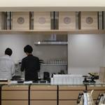 東京茶寮 - 奥のキッチンも美しい