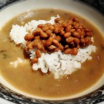 麺肴 ひづき - 「〆の納豆ご飯」をスープに投入