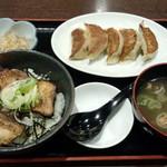 富山ブラック 麺家いろは - 豚ニラ餃子定食(1000円)