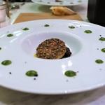 マチュリテ - フォアグラのコンフィ 胡麻のクルート焼き パンデピスのキャラメリゼ添え
