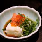 市場の厨房 - 450円のお通しは高いが、肝豆腐イクラのせは美味い!