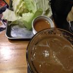 腹黒屋 - お通しのキャベツと、梅酒ソーダ割り