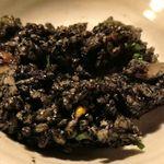 魚金 - イカスミでご飯を黒く彩った炒飯で、具もイカなどの海産物が中心とあって滋味美味し!