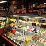 オペラ - 松崎にもお店はありますがこちらが本店でこちらのお店にも数々の美しくて美味しそうなケーキが店頭に並んでます。