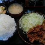 とんかつ 麻釉 - しょうが焼き定食を中盛りライスで、ミニポテトサラダも付けて。