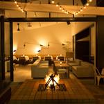 ブランチキッチン - MERCERブランドの象徴の暖炉。夜は柔らかい火の光が店内を照らします。