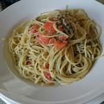 62383015 - フレッシュトマトとバジルのスパゲティ