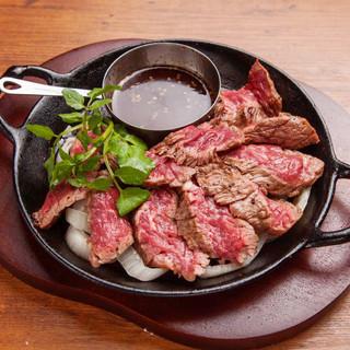 こだわりの肉料理と、ソムリエ厳選ワインを堪能!