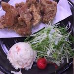 本格うどん 大将 - 「生野菜サラダ」「ポテトサラダ」「唐揚げ」がワンプレートになったメインのおかずです