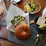 河津バガテル公園 カフェ - 料理写真:河津産本ワサビとローストビーフのベーグルサンド 1500円