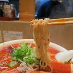 62402278 - もっちり喉越しの良い中太麺が赤いスープにしっかり馴染み‥旨い