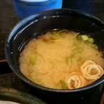 とんかつ芳松 - 味噌汁はいりこ出汁がしっかり効いて美味しい♪