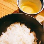 掌 - たまごかけごはん(麦めし)    熊本の甘いお醤油をかけて   厳選たまごちゃん