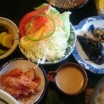お食事処 きん太 - けんちん定食のおかず なすの天ぷら・キムチ・たくわんなどの漬物4種