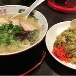 昭和ラーメン - 料理写真:まったりとんこつとチャーハン 1100円