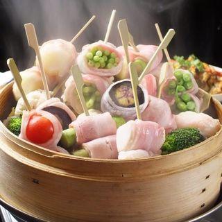 季節の野菜を肉で巻いた肉巻き野菜のセイロ蒸し