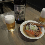 旨居屋 新八 - 瓶ビール378円ともつ煮378円